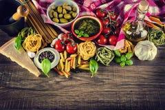 Ingredientes alimentarios italianos y mediterráneos en viejo fondo de madera