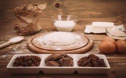 Ingredientes alimentarios para la pasta que una cocina de madera sube Recipies de la torta imagen de archivo