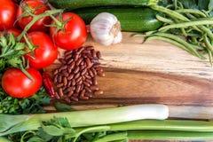 Ingredientes alimentarios sanos Verduras frescas en fondo de madera imagenes de archivo