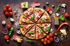 Ingredientes alimentarios y especias para cocinar la pizza italiana deliciosa Setas, tomates, queso, cebolla, aceite, pimienta, s fotos de archivo libres de regalías