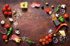 Ingredientes alimentarios y especias para cocinar la pizza Setas, tomates, queso, cebolla, aceite, pimienta, sal, albahaca, ralla foto de archivo