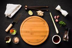 Ingredientes alimentarios y tabla de cortar asiáticos Foto de archivo libre de regalías