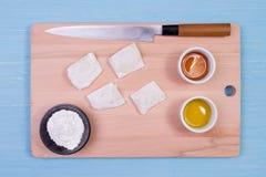 Ingredientes alimentarios y utensilios de la cocina para cocinar en fondo de madera Foto de archivo libre de regalías