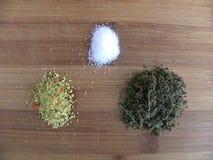 Ingredientes aromáticos que se utilizan para cocinar la comida Imágenes de archivo libres de regalías