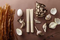 Ingredientes asiáticos da culinária no fundo marrom Fotos de Stock Royalty Free