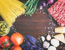 Ingredientes boloñeses de las pastas: espaguetis, carne picadita, tomates, b Imagenes de archivo