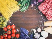 Ingredientes boloñeses de las pastas: espaguetis, carne picadita, tomates, b Imágenes de archivo libres de regalías