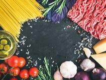 Ingredientes boloñeses de los espaguetis: pastas de los espaguetis, carne picadita, t Fotografía de archivo libre de regalías