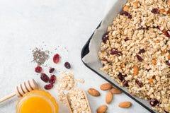 Ingredientes caseiros do granola com espaço da cópia para o texto foto de stock