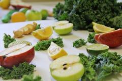 Ingredientes col rizada, manzana, jengibre de Juicing imagen de archivo libre de regalías