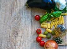 Ingredientes crudos para el plato italiano Fotografía de archivo