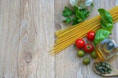 Ingredientes crudos para los espaguetis y el espacio italianos Imágenes de archivo libres de regalías