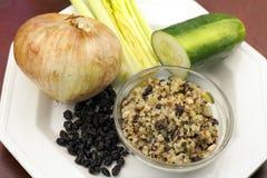 Ingredientes crus com o prato cozinhado do Quinoa Fotografia de Stock Royalty Free