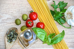 ingredientes crus para os espaguetes italianos imagem de stock