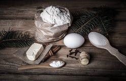 Ingredientes da cookie do pão-de-espécie na tabela de madeira clara Imagens de Stock