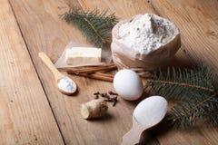 Ingredientes da cookie do pão-de-espécie na tabela ou no li de madeira claro da placa Imagem de Stock