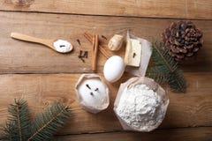Ingredientes da cookie do pão-de-espécie na tabela ou no li de madeira claro da placa Imagens de Stock Royalty Free