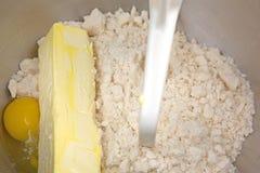 Ingredientes da massa da cookie de açúcar no recipiente Fotografia de Stock