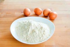 ingredientes da massa do ovo antes de misturar foto de stock
