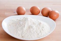 ingredientes da massa do ovo antes de misturar imagens de stock