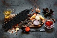Ingredientes da massa dos espaguetes imagens de stock royalty free