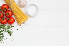 Ingredientes da massa, espaguetes, conceito no fundo branco, vista superior imagens de stock royalty free