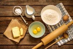 Ingredientes da receita da massa na mesa de cozinha de madeira rural do vintage Imagens de Stock