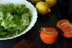 Ingredientes da salada Alface, tomatoe, limões imagens de stock