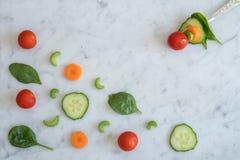 Ingredientes da salada na parte superior de mármore do banco com forquilha Foto de Stock Royalty Free