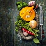 Ingredientes da sopa da abóbora no fundo de madeira Fotografia de Stock Royalty Free