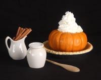 Ingredientes da torta de abóbora isolados no preto Imagens de Stock