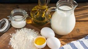 Ingredientes das panquecas Açúcar do óleo da farinha do ovo do leite Fundo de madeira imagens de stock