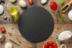 Ingredientes de alimento da pizza e pedra da ardósia fotografia de stock