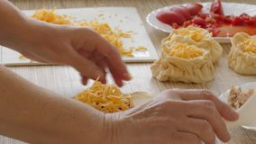 Ingredientes de alimento de enchimento das tortas vídeos de arquivo