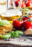 Ingredientes de alimento italianos e mediterrâneos no fundo de madeira velho Foto de Stock