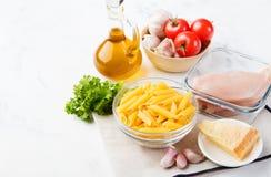 Ingredientes de alimento italianos: massa, tomates, galinha fotos de stock royalty free