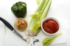 Ingredientes de alimento na placa de estaca com faca Imagens de Stock