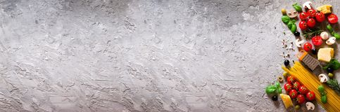 Ingredientes de alimento para a massa italiana, espaguete no fundo concreto cinzento copie o espaço de seu texto bandeira foto de stock royalty free