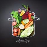 Ingredientes de alimento para misturar a sopa cremosa no quadro excedente stewpan pintado Vista superior com espaço da cópia Colh imagem de stock