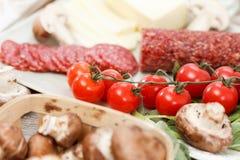 Ingredientes de alimento para a pizza na tabela foto de stock