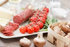 Ingredientes de alimento para a pizza na tabela fotos de stock