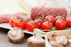Ingredientes de alimento para a pizza na tabela fotos de stock royalty free