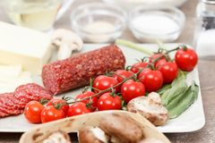Ingredientes de alimento para a pizza na tabela imagens de stock royalty free