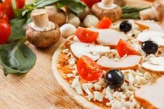 Ingredientes de alimento para a pizza no fim da tabela acima Fotografia de Stock Royalty Free