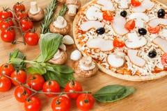 Ingredientes de alimento para a pizza no fim da tabela acima Imagem de Stock