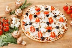 Ingredientes de alimento para a pizza no fim da tabela acima Foto de Stock Royalty Free