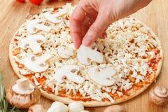 Ingredientes de alimento para a pizza no fim da tabela acima Imagem de Stock Royalty Free
