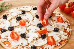 Ingredientes de alimento para a pizza no fim da tabela acima Foto de Stock
