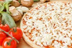 Ingredientes de alimento para a pizza no fim da tabela acima Imagens de Stock Royalty Free