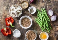 Ingredientes de alimento saudáveis do vegetariano da configuração lisa para o almoço em um fundo de madeira, vista superior Trigo foto de stock royalty free